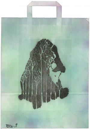 Sebastian Nowak, Bär im Wald, Spray auf Papiertasche